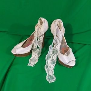 Madden girl sz 7.5M menace white lace tie heels